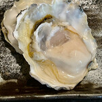 Bakushuan - 生牡蠣は三重の桃小町という小粒ながら旨味の強い牡蠣をいただきます