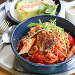 ハーブチキンとグリル野菜のトマトクリームパスタ