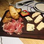 西洋料理 Jules - チーズ盛り合わせと生ハム