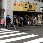 ラーメン二郎 - 土曜の15時、なんで並んでんだよー。 流行ってるな( ´艸`)