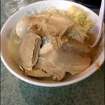 ラーメン二郎 - ぶた入りラーメン(麺量250g位)、トッピングは味付け煮玉子。 コールはニンニク。 レンゲは提供時に付いてきます。