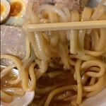 ラーメン二郎 - ツルっと割りと短めにカットされた麺。 オーション感はあまり、、、