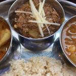 サッチェズカリー - 豚肉のカレー・ポークビンダルーは酸っぱ辛いカレーです。針ショウガがアクセントに♡