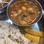 サッチェズカリー - 大好きなヒヨコ豆のカレーはほくほく♡その下はアチャールと呼ばれるお漬物です✩.*˚