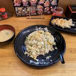 伝説のすた丼屋 - 炒飯と餃子 スープではなく味噌汁が付きます