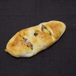 たま木亭 - ベーコンとオリーブのパン(220円)