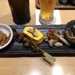 うな匠 - 鰻逸品5種盛り合わせ(左から骨煎餅、肝串、鰻巻き、肝ポン酢、うざく)