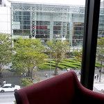 15069113 - ガラスの外にはクイーンズスクエアが見えます