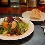 アルカレート - ランチメニュー(パスタセット)にセットのサラダ&自家製フォカッチャ