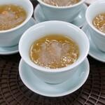 燕の巣とフカヒレ入りスープ