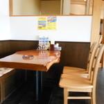 麺や 翔 - 銘木天板のテーブル