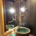 150718908 - お化粧室のシンクが火鉢