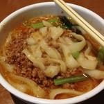 唐朝刀削麺 - 麺は不揃いなきしめんみたい。