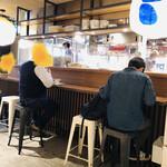 ハオツー 中華料理 - カウンターと厨房