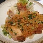 手しおごはん 玄 - 見るからに美味しそうな盛り。生野菜と炒め野菜が添えられています。