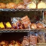 15074481 - 棚いっぱいのパン