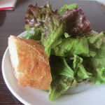 Quatre Cafe - サラダ、パン