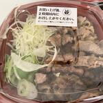 カルビ丼とスン豆腐専門店 韓丼 - 店内のオープンキッチンで、焼き立てを乗せてくれます♪