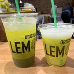 LEMONADE by Lemonica - 私の「レモピナ」(右)と次女の「キウイソーダ・レモネード」(左)♪