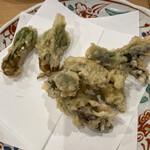 天ぷら 日本料理 あら川 - 家族の好物タラの芽を頼んだらコシアブラがサービスで。後者がより風味があって気に入りました。