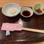 天ぷら 日本料理 あら川 - 定食の最初のテーブルセット。大根おろし、しょうゆ、お漬物。