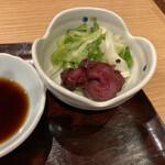 天ぷら 日本料理 あら川 - キャベツときゅうりのお漬物が優しくさっぱりと美味しい。