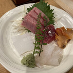 天ぷら 日本料理 あら川 - サラダに続いてお刺身登場。赤貝の下には綺麗な紐が^_^大根のツマでなく好物のミョウガでテンション上がります。トロもイカも甘くてねっちりしていて、期待以上でした。