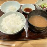天ぷら 日本料理 あら川 - 立て続けにご飯もの登場。この辺りから箸が追いつかなくなってきた。ご飯は甘くて美味しい。しじみ汁は土の香りを感じる、お出汁より黒味噌を感じるものだった。好みとは違うけどしじみプリプリにほっこり。