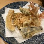 天ぷら 日本料理 あら川 - 立て続けに天麩羅登場。全体的に衣厚めかな。テーブル席だとどうしても冷めてもっさり感が否めない。車海老は無論頭尻尾サクサク、身はプリっと。イカが身が厚く柔らかく、日頃好まないが気に入りました。