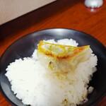 彩華ラーメン - 餃子ON THE ライス♪