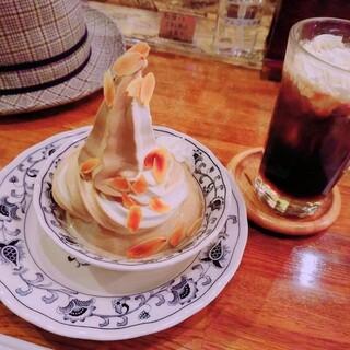 珈琲グルメ - 料理写真:珈琲ババロア ミックス(¥740)、ウインナ珈琲(セットで¥270)。 シンプルさも味気を出す要素の一つ。