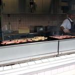 サイボクハム キッチン&カフェテリア - 並んでいる間、焼いているのを見られます