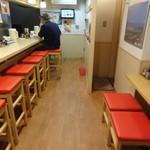 旭川ラーメン雪花亭 - カウンター席(左側)&テーブル席(右側)
