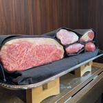 150769772 - お肉を見せてもらいメインを決めます