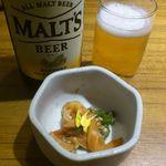 地酒とそば・京風おでん 三間堂 - お通し(おくらとサーモンの和え物)と瓶ビール
