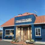 Qちゃんの台所 - 青い壁に赤い屋根が目印/Qちゃんの台所