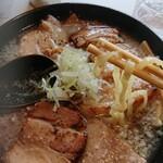 喜多方 満喜 - 麺はこんな感じ。 水分多目でツルツルしております。