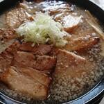 喜多方 満喜 - 醤油ラーメン(¥660)、チャーシュートッピング(¥300)。 チャーシューの厚さ、伝わればいいなあ。
