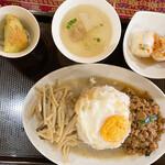 プリックタイ - グリーンカレーとバジル炒めご飯
