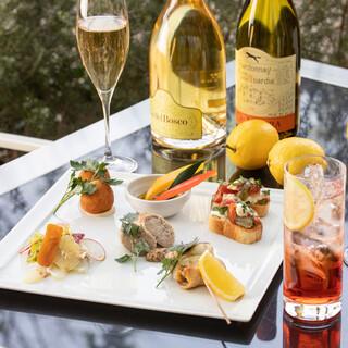 夏のテラスで軽食とお酒を楽しむ「アペリティーボリモーネ」