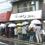 雨の中、行列