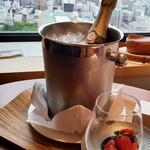 インターコンチネンタルホテル大阪 - ウェルカムドリンクのシャンパンとフルーツ