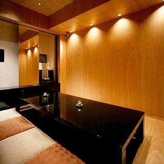 個室テレビ完備、お手洗いにはさまざまなアメニティーグッズ。