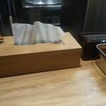 自家製麺 つきよみ - テーブルの上には、レンゲにテッシュ、調味料等、完備されます