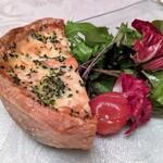 DINING 六区 - スモークサーモンとブロッコリーの温かいキッシュ サラダ添え