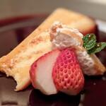 DINING 六区 - メープルシロップとラム酒の香るバスク風チーズケーキ