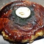 150838445 - 綺麗に真ん丸に整えられたお好み焼き                       丁寧に焼いている印象です                       粘度の高い自家製お好み焼きソースは穏やかな酸味とほのかな甘みが印象的                       自家製マヨネーズも粘りが強く濃厚