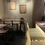 ひなたキッチン - 内観 カウンター席とテーブル席 手前にもテーブル席有り