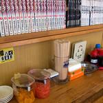 金太郎ラーメン - 卓上の様子。色々並んでます。ボク的には「揚げニンニク」がポイント。