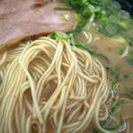 金太郎ラーメン - 茶色のスープはお塩が効いててパンチあります。豚骨は意外とあっさり。